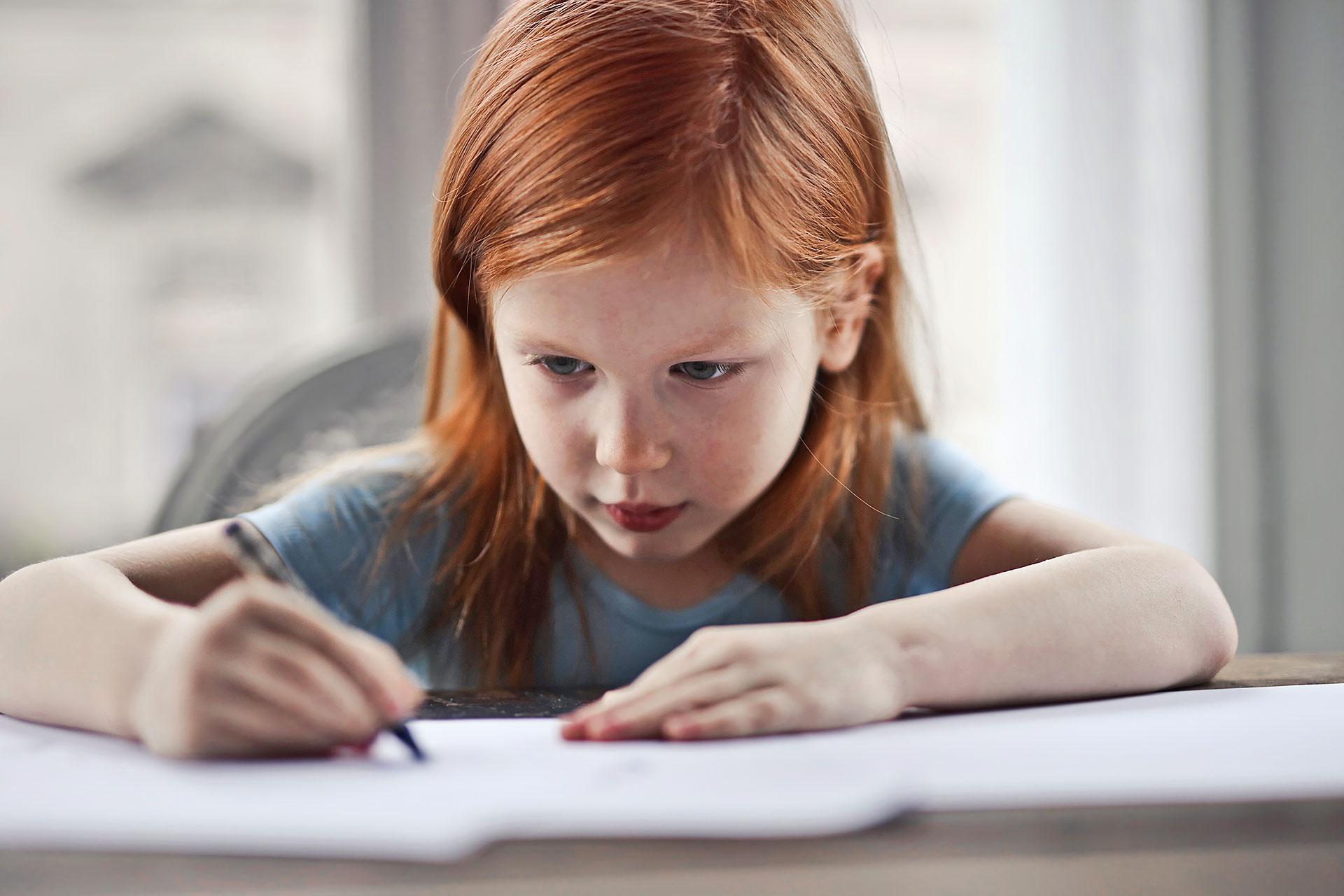 kleines Mädchen löst Aufgaben zu Hause während des Home-Schoolings