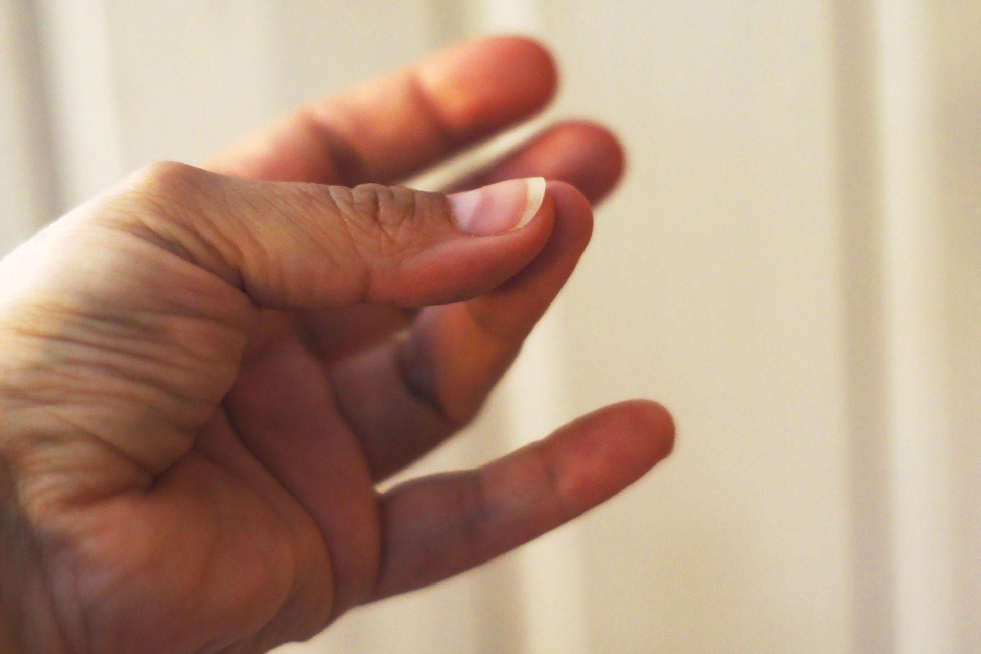 Hand macht kleine Bewegungsübungen