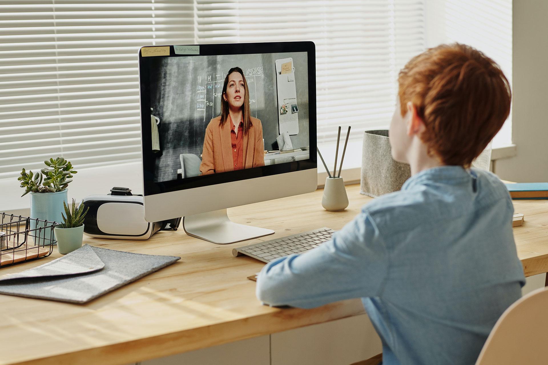 Schüler in einer Videokonferenz mit einer Lehrerin