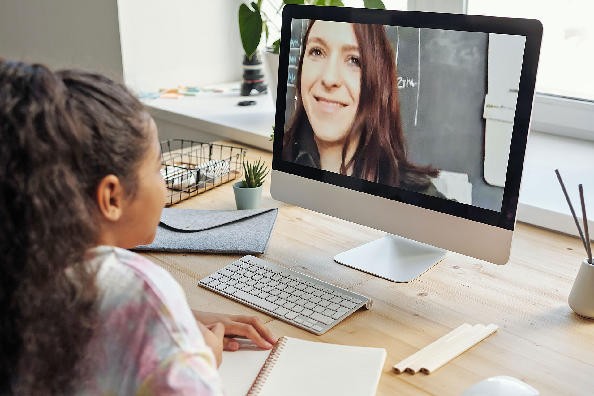 Schülerin in einer Videokonferenz mit ihrer Lehrerin