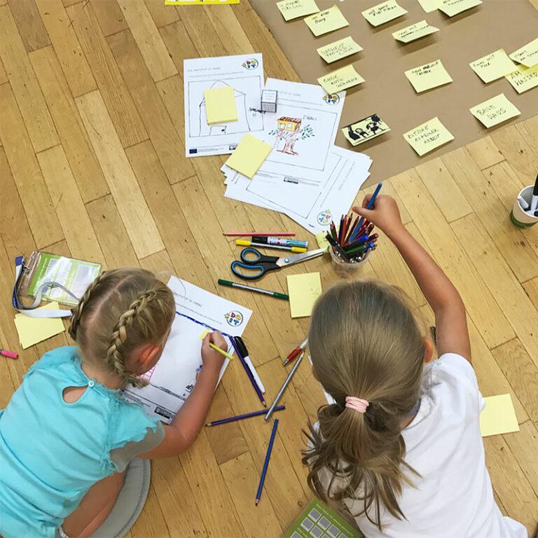 zwei Schülerinnen erstellen einen Bauplan für die make.city