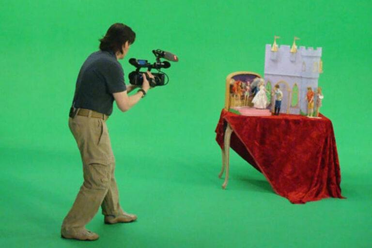 Mann filmt einen Tisch