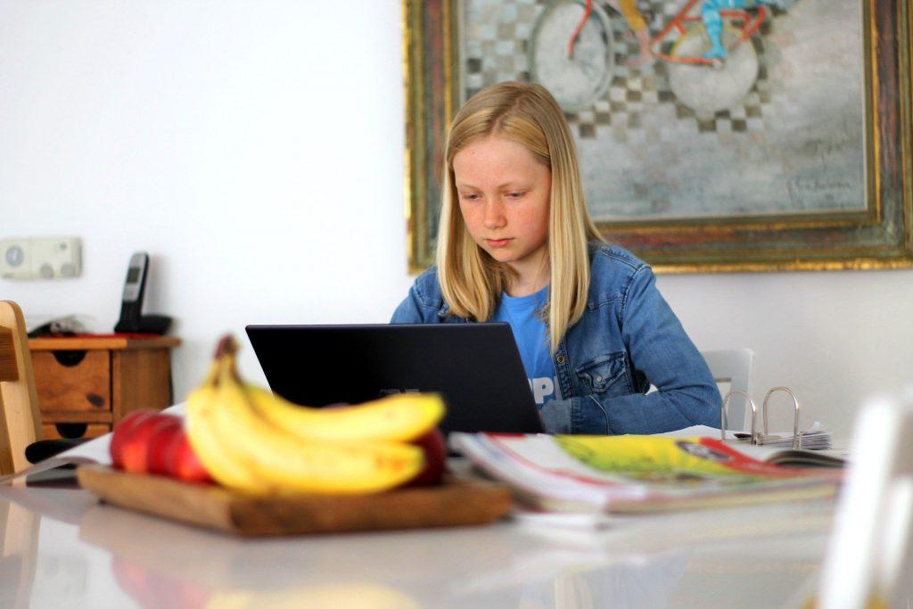 Mädchen am Laptop beim Homeschooling