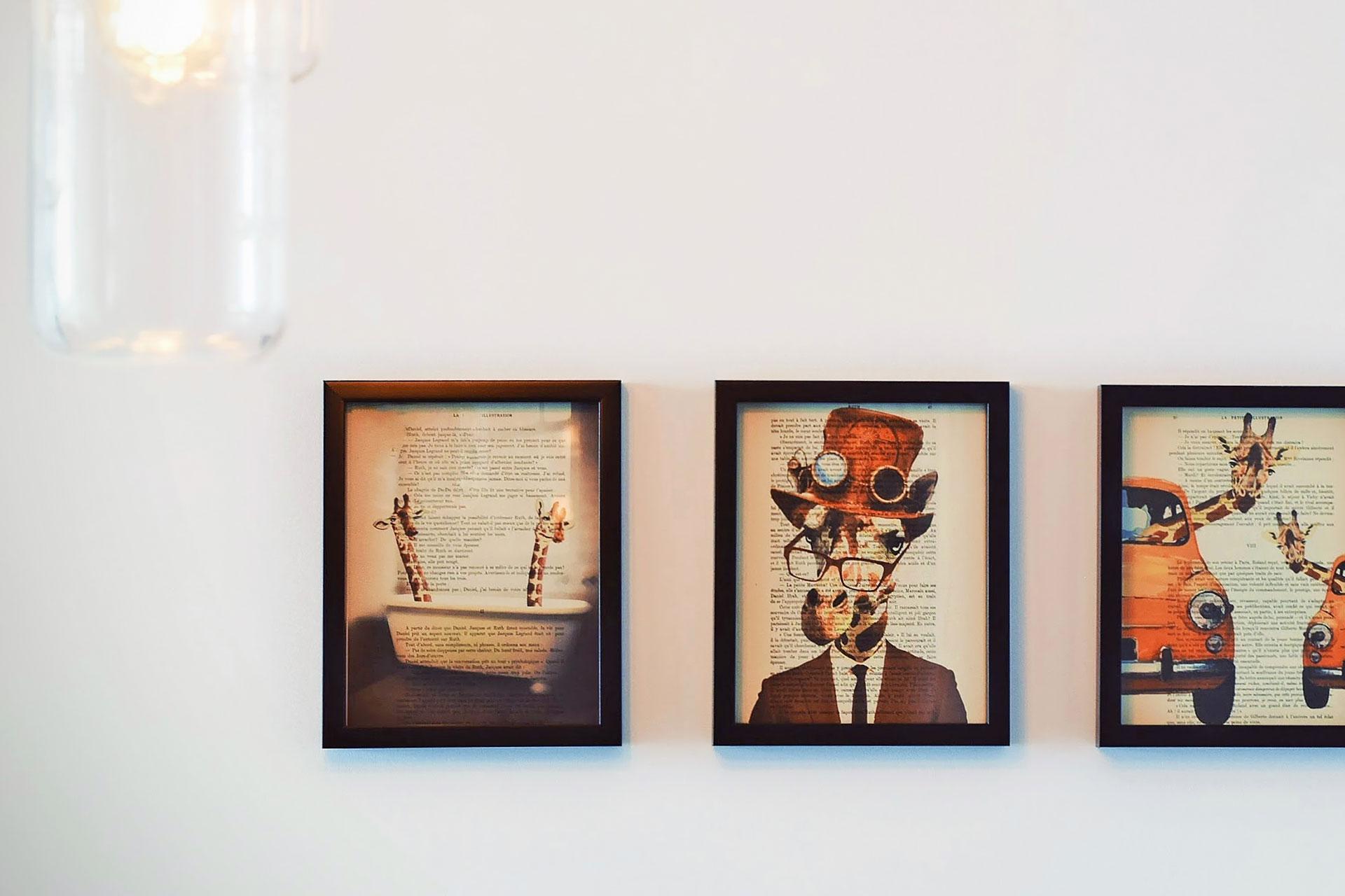 Bilder in einer Ausstellung: Giraffen gemalt auf Buchseiten