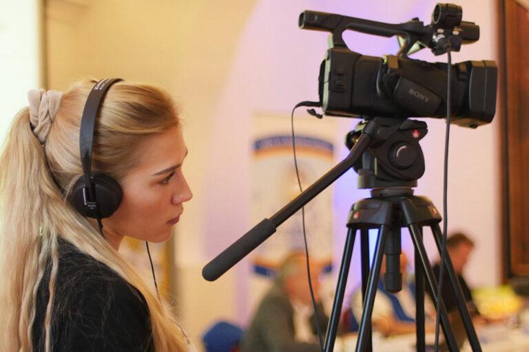 junge Frau bei einer Videoaufnahme