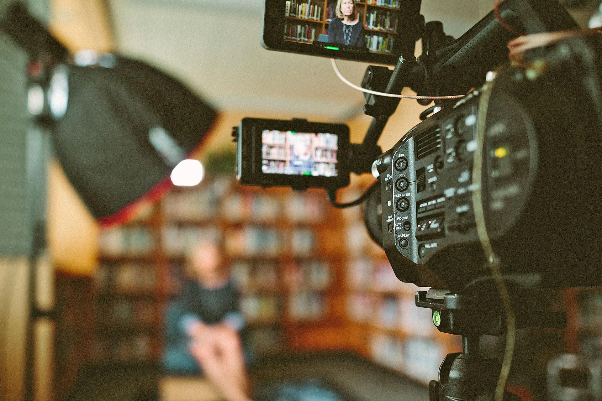 Videokamera während einer Aufnahme eines Interviews mit einer Frau