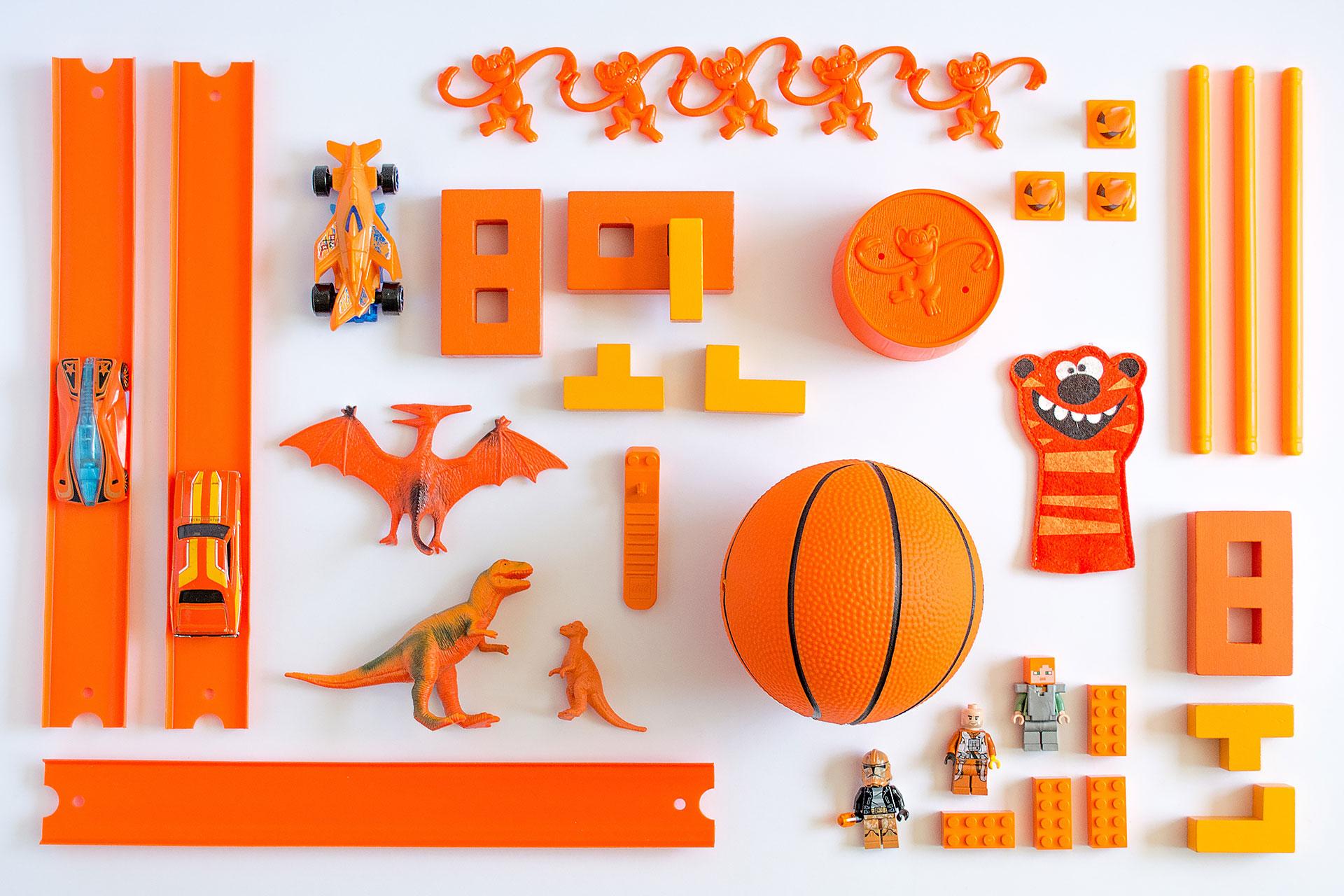 Aufgeräumtes oranges Spielzeug