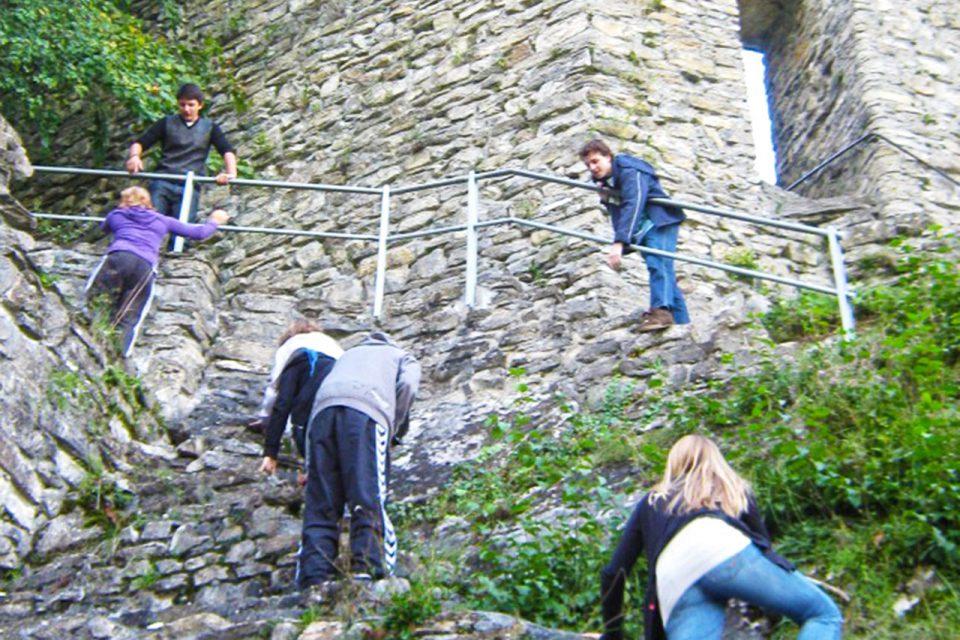 Schüler/innen klettern auf eine Burg